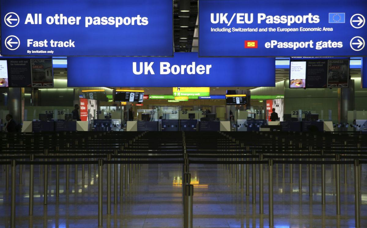 SCANDAL ÎN PRESA BRITANICĂ / Românii sunt cei mai discriminați cetățeni din UE la frontiera Marii Britanii